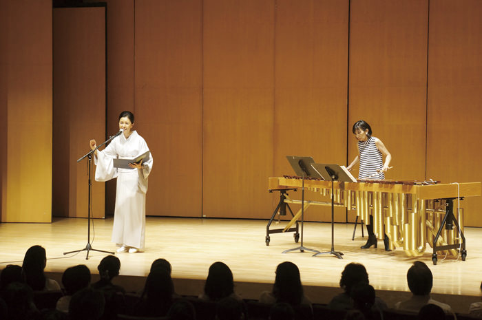 ミカ・ストルツマンさん(右)のマリンバの演奏をバックに、「竹取物語」の朗読を披露する阿部知代さん