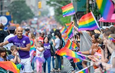 NY「プライド・パレード」、2万2000人が参加