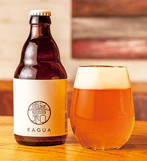 ビールは定番のキリンやアサヒの他に、プレミアムビールの「KAGUA」(BlancとRougeの2種、各8ドル)も取りそろえる