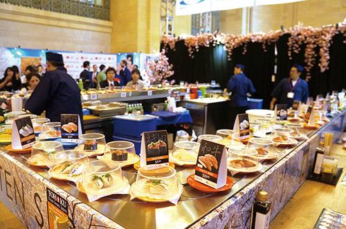 目玉コンテンツとして会場中央に設置「回転寿司」コーナー=10日、ニューヨーク(撮影:野村)