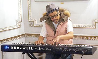 ステージプログラムに出演するジャズピアニストの大江千里さんがパフォーマンスを披露=同