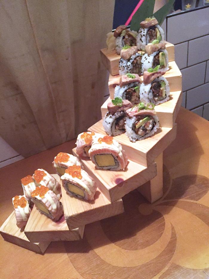 「Stairway to Heaven」はフォアグラロールとキャラバックの2種類のロール寿司(ずし)のセット。豪華な階段上の盛り付けだ