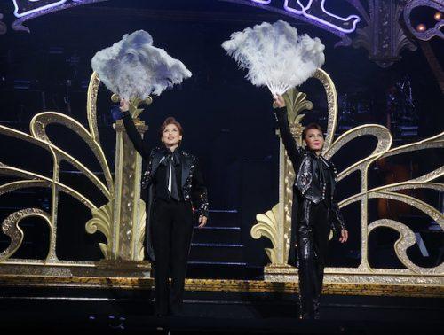 レビュー・ショー「タカラヅカ・アンコール(Takarazuka Encore)」のフィナーレで挨拶をする杜さん(左)と麻路さきさん=20日(Photo by NY Biz/吉田)
