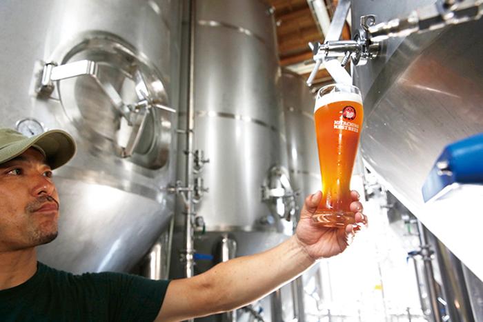 ビール製造長の谷幸治氏。ビールはブラッシュアップを繰り返し、より洗練された味わいを提供している
