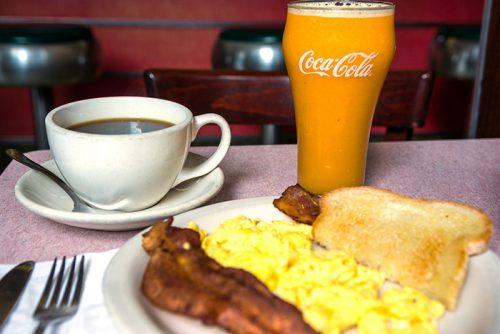 アメリカン・スタイルの朝食メニューも人気。こちらも営業時間内いつでもいただける。卵料理1点(調理方法は選べる)とパンが4.95ドル。ハムかベーコン、またはハムを付けると7.95ドル。搾りたてオレンジジュース(スモール4.95ドル)やコーヒーと合わせていただきたい