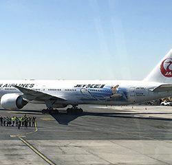 50周年の記念の日に日本へ向けて出発する日航機=同