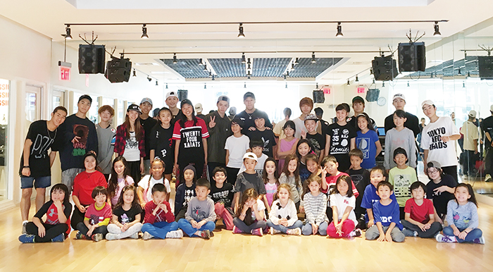 EXILEメンバーのTAIKIさん(中央左)とSEKAI(同右)さんと生徒たち=6日、ニューヨーク(撮影:池浦)