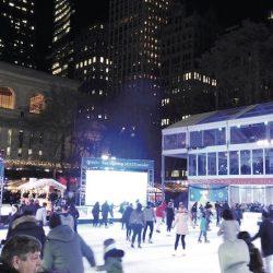 点灯されたクリスマスツリーを前に、スケートを楽しむ人たち(撮影・炭竃)