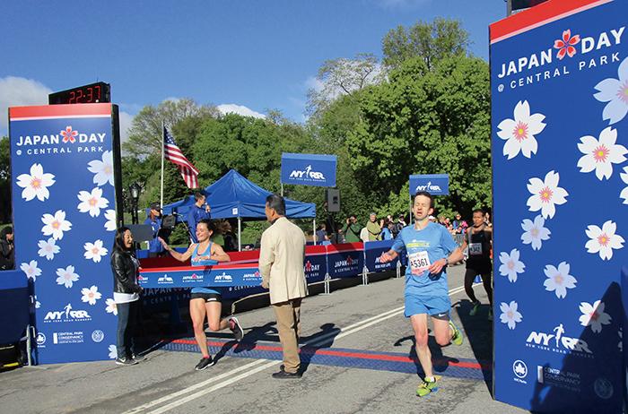 ジャパン・ラン(4マイルラン)」で次々とゴールする参加者ら。左は女性トップでゴールしたAshley Higginsonさん さん(撮影:池浦)