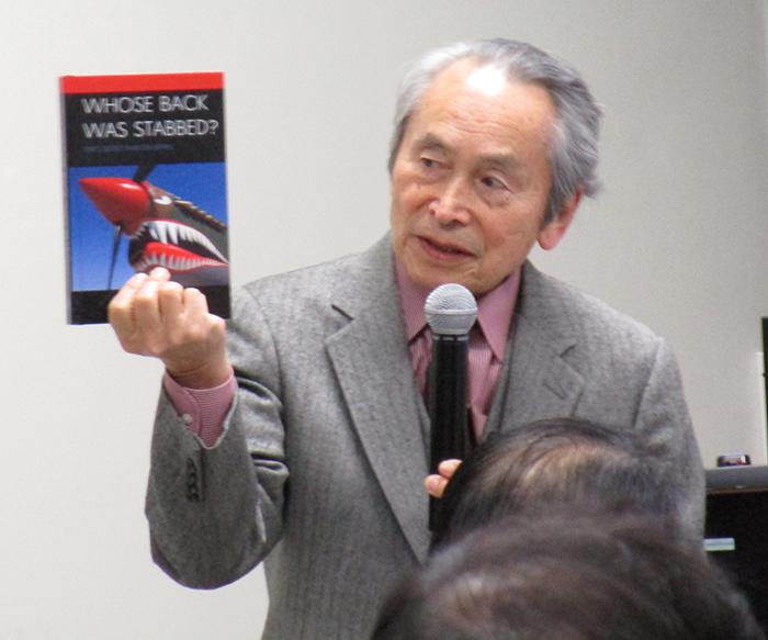 自著を紹介する目良浩一氏