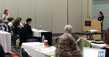 プレゼンテーションで、質問に答えながらマクブライド博士と議論する岡牧子氏(右)