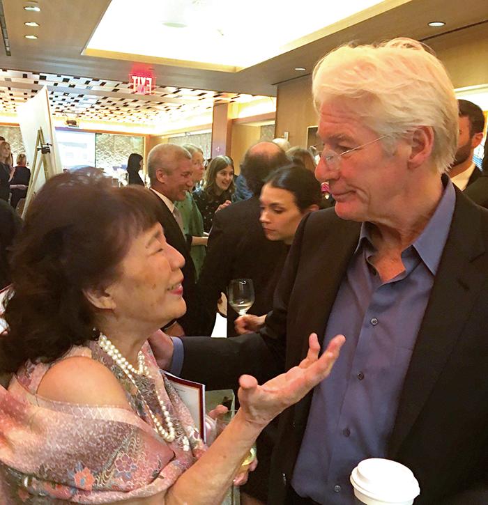リチャード・ギアさんと談笑する龍村和子さん=10月18日、ニューヨーク(撮影:高橋)