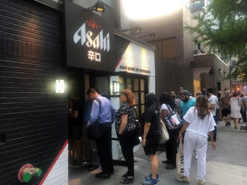 「ASAHI SUPER DRY EXPERIENCE」の前で待つ人々