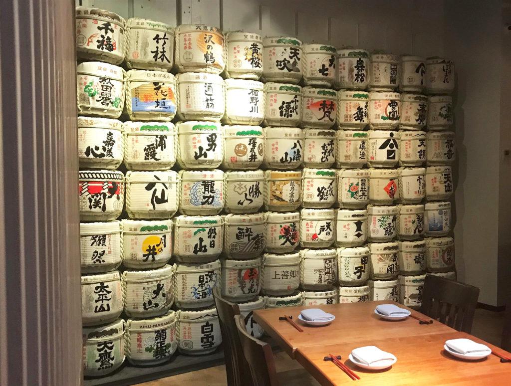壁一面を覆う菰樽