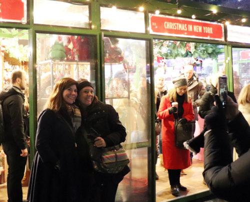 ホリデーショップで買い物を楽しむ人々=5日、ニューヨーク(撮影:田部井)
