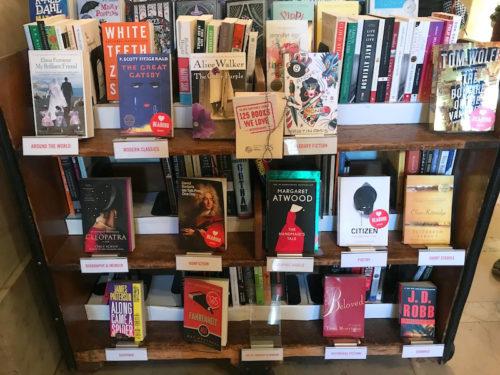「私たちが愛する125冊」が図書館ギフトショップで販売中=2月19日、ニューヨーク(撮影:田部井)